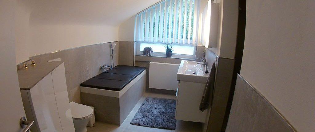 Badezimmer in schickem Design