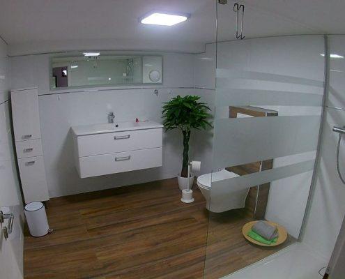 Helles Badezimmer inkl. Sanitärmontage