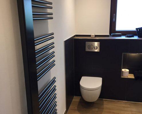 Neue Toilette in modernem Badezimmer